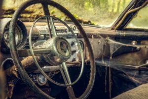 古くなって朽ち果てた車