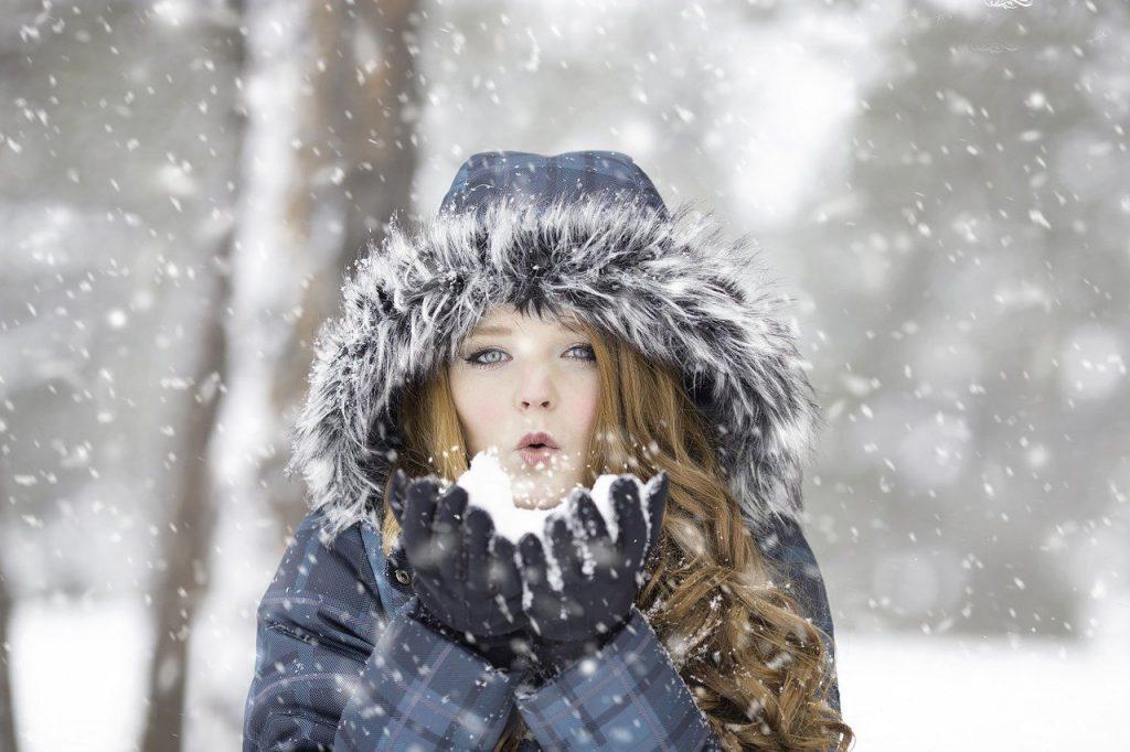 寒そうな女性の写真